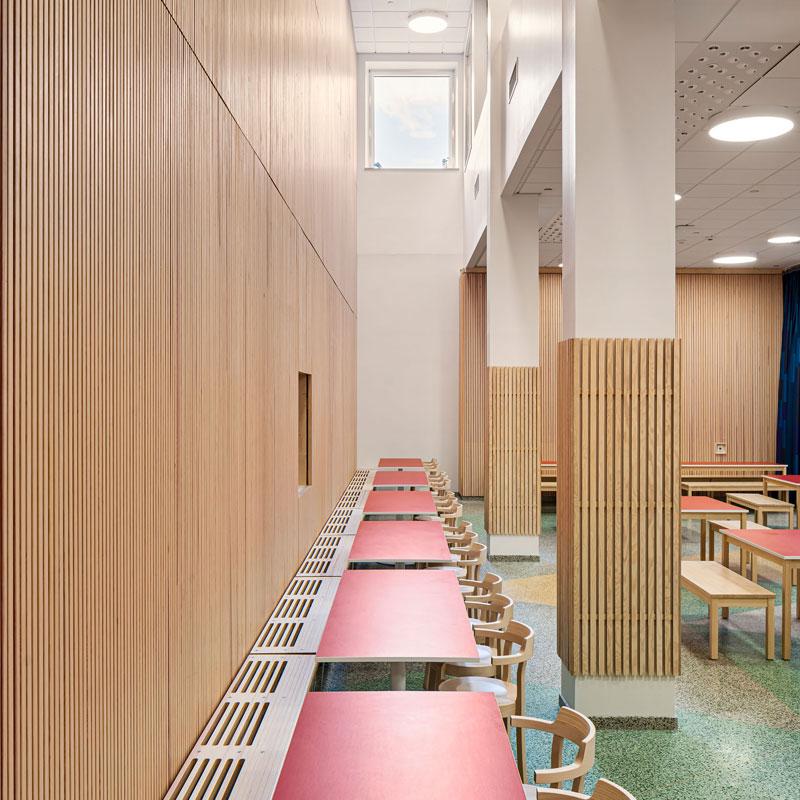 Inredo referensbild, ribbpaneler på vägg och pelare i Bobergsskolan, Stockholm