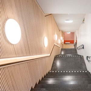 Inredo referensbild, ribbpaneler i trappa på Bobergsskolan, Stockholm